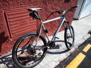 mountain bike ligera con frenos hidráulicos