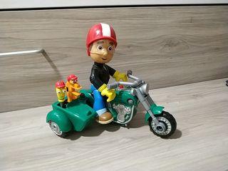Manny Manitas y su moto sidecar