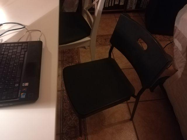 Vendo silla negra de diseño ligera y resistente
