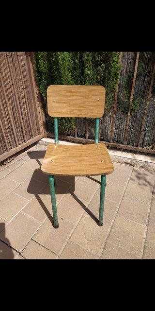 silla antigua de colegio