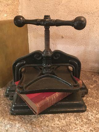 Prensa antigua encuadernación libros