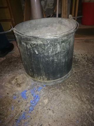 Cubo caldero de hierro antiguo