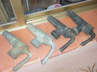 Antiguos grifos de bronce para barricas.
