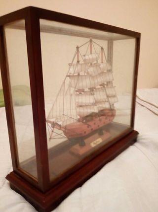 vitrina con barco
