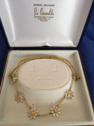 Precioso collar de oro con margaritas