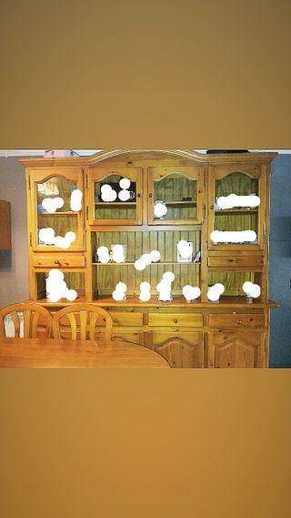 Mueble y mesa con 5 sillas