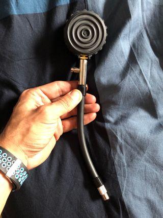 Medidor analógico presión neumáticos coche