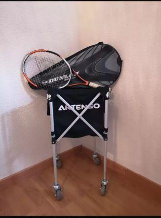 raqueta y cesta para pelotas de tenis