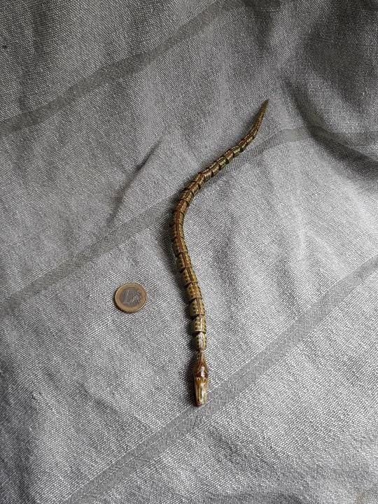 Juguete antiguo serpiente articulada de madera.