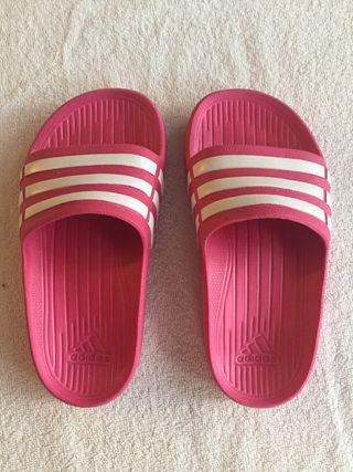 Zapatillas de piscina marca Adidas talla K10