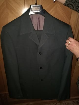 traje azul grisaceo