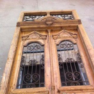 Antigua puerta de madera de pino y forja