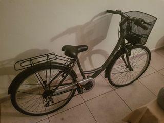 Bicicleta de paseo city estilo classic con cesta