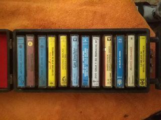 Maletín Vintage con 12 casetes antiguos