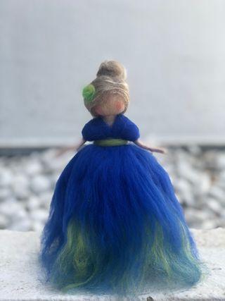 Hada Waldorf hecha con lana cardada
