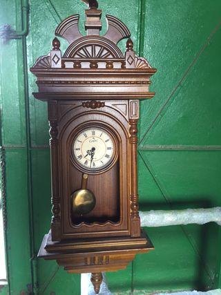 Reloj de madera muy curioso