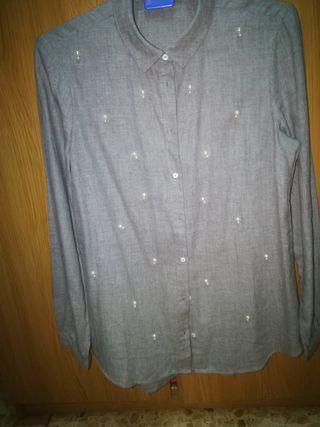 Camisa gris con perlas stradivarius