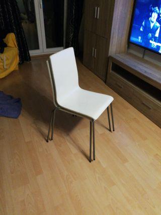 2 ó 4 sillas blancas con respaldo alto muy cómodas