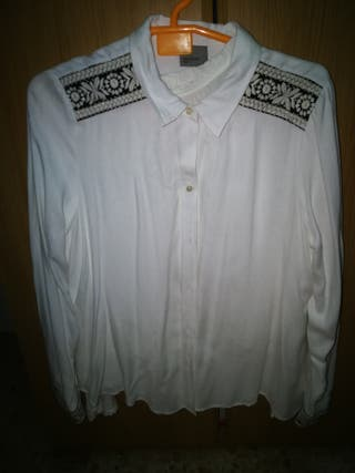 Camisa vero moda con detalle en mangas