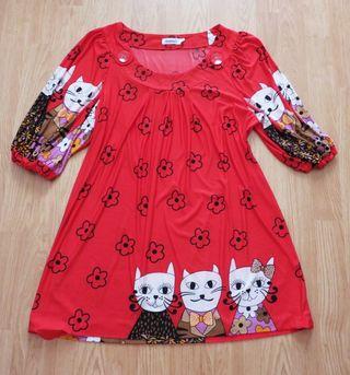 T-L. Camiseta roja con gatitos.