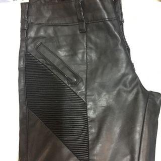 Pantalones de chica, textura piel, T36