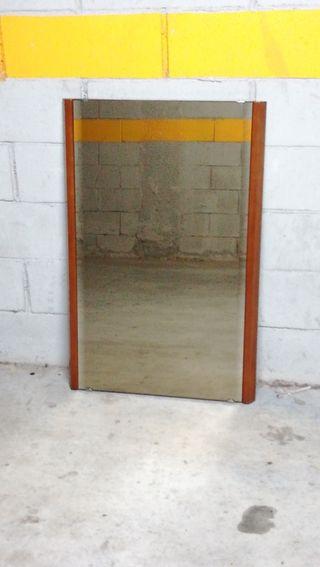 Espejo sobre marco de madera