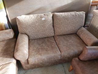 sofa de piel, cojines leopardo