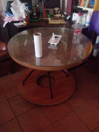 salon, 2 sofas y una mesa , mesa en perfecto estad