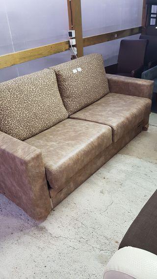 sofa cama piel, cojines leopardo