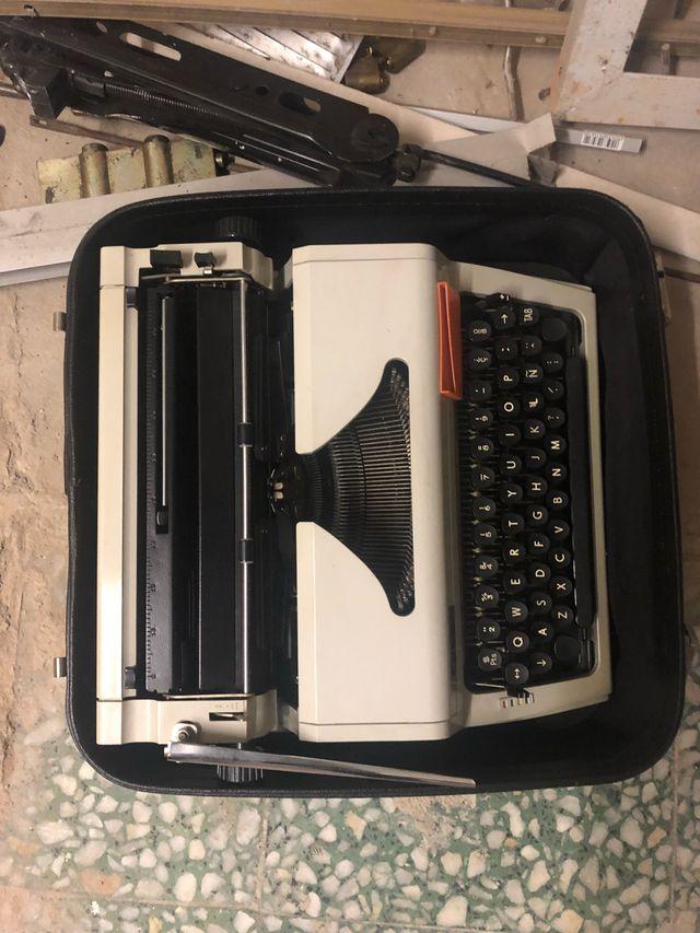 Maquina de escribir con maleta
