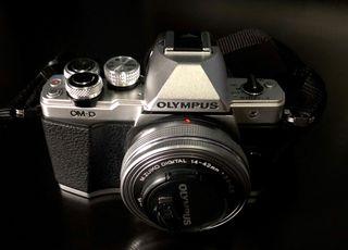 Kit Cámara Olympus Silver OM-D EM-10 Mark II.