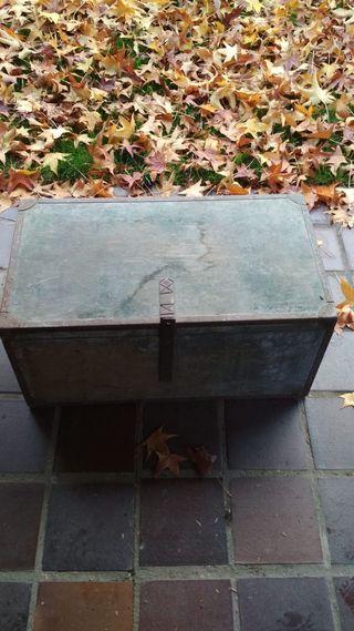 Arcón de madera antiguo con porta documentos
