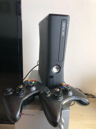 Xbox 360 con accesorios.