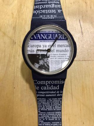 "Reloj de La Vanguardia. Periódico. ""Tipo Swatch"""