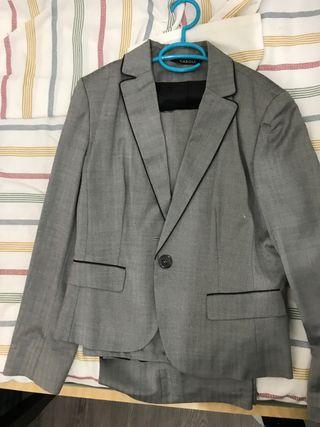 Traje de chaqueta y pantalón marca Caroll París