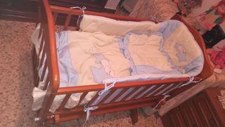 Cuna de madera para bebés y accesorios