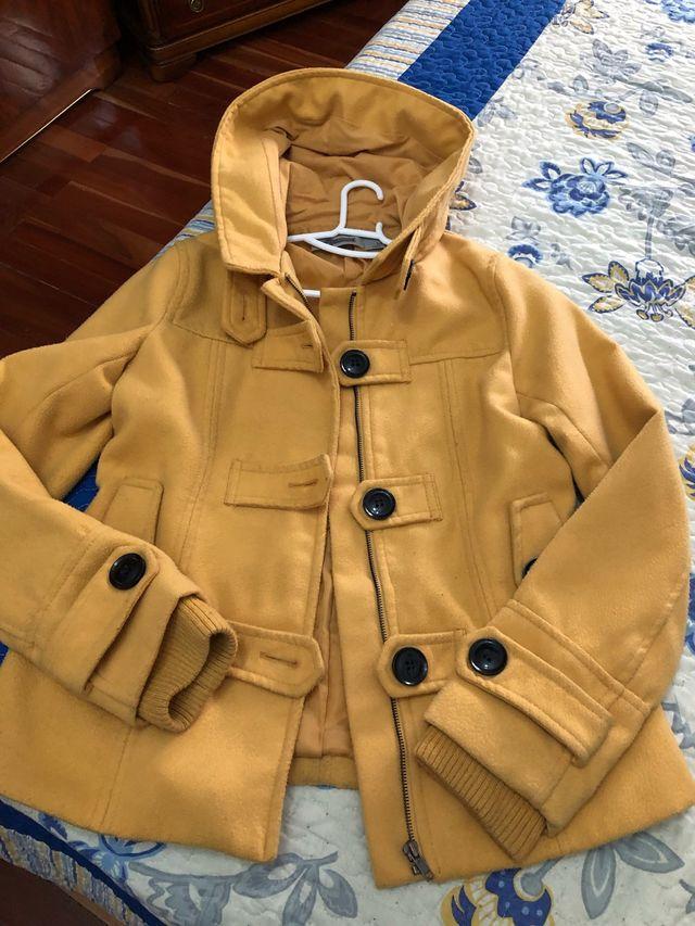 Abrigo mujer color mostaza. 8€ de mujer