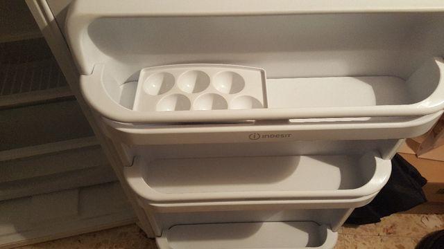Indesit Nevera pequeña con congelador de puerta
