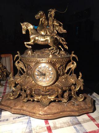 Precioso reloj de cuerda, bronce y mármol.Funciona