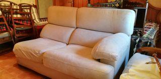 Sofá de dos plazas, color marfil. Super cómodo.