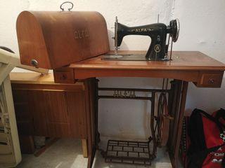Antigua máquina de coser Alfa con mesa y pedal