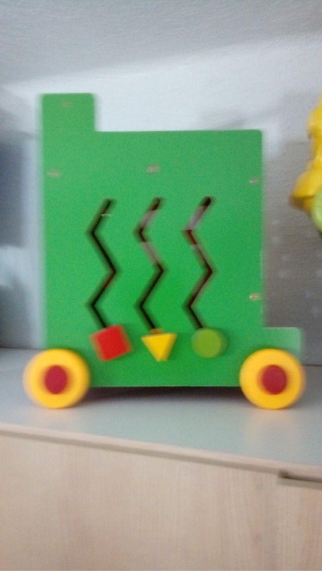 Andador caminador didáctico de madera.