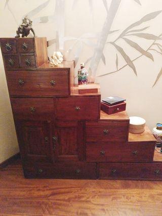 Mueble cajonera de madera maziza de cedro.