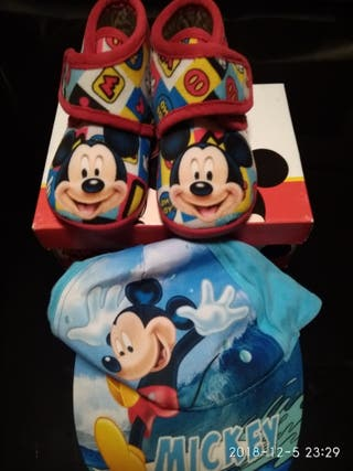zapatillas y gorra Disney, de MICKEY.