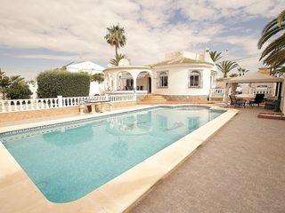 Chalet con piscina en parcela de 800 m2