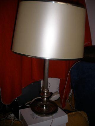 lampara de mesa ovalada con tulipa,en color plata,