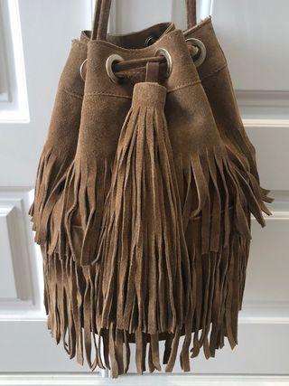 Bolso Zara mujer. Piel serraje color camel. de segunda mano