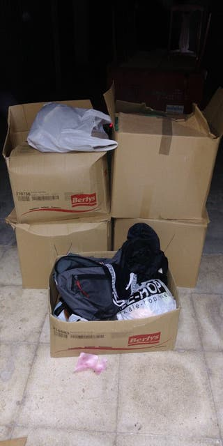 cinco cajas de ropa y zapatos