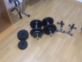 Gimnasio con pesas