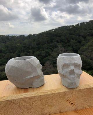 Porta macetas de concreto calavera